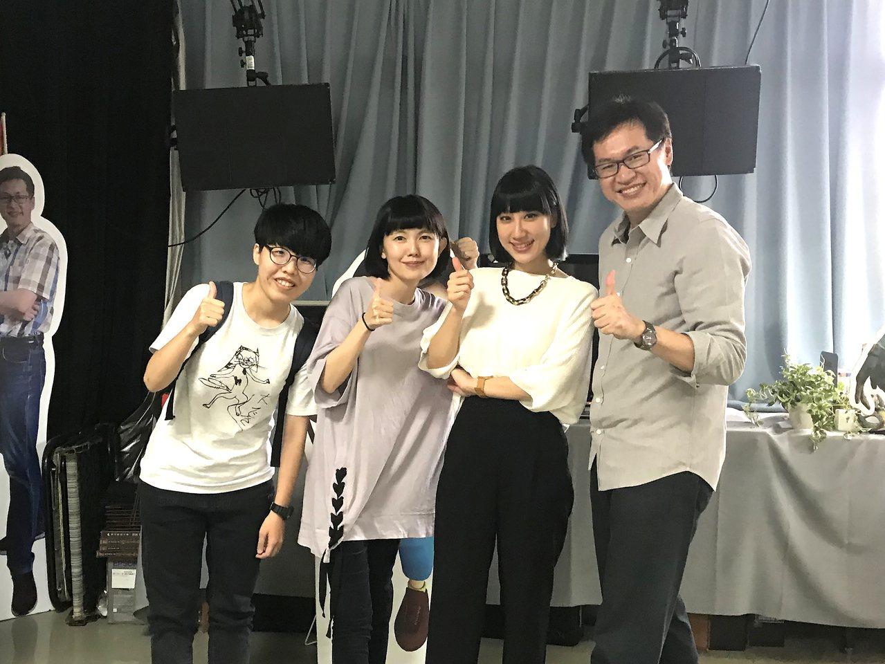 石艾玄(右2)回母校演講,與大學指導老師鄧偉炘(右1)、學弟妹合照。圖/崑大提供