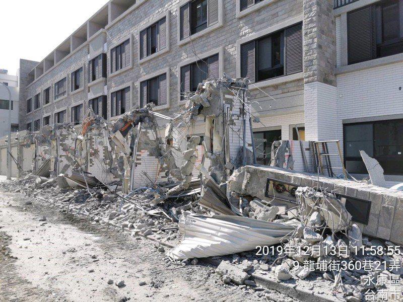 台南永康區興建透天厝,車庫與大門都是佔用計畫道路的違建,被檢舉後強制拆除。圖/工務局提供
