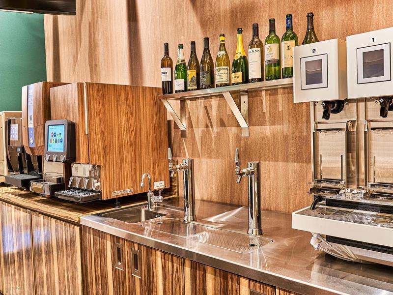豪華版膠囊旅館藉提供免費酒水等特色擺脫價格戰。示意圖取自安心禦宿連鎖旅館官網