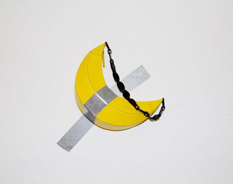 韓國設計師Rejina Pyo同名品牌跟上最近話題正熱的香蕉藝術品,把品牌所推出...