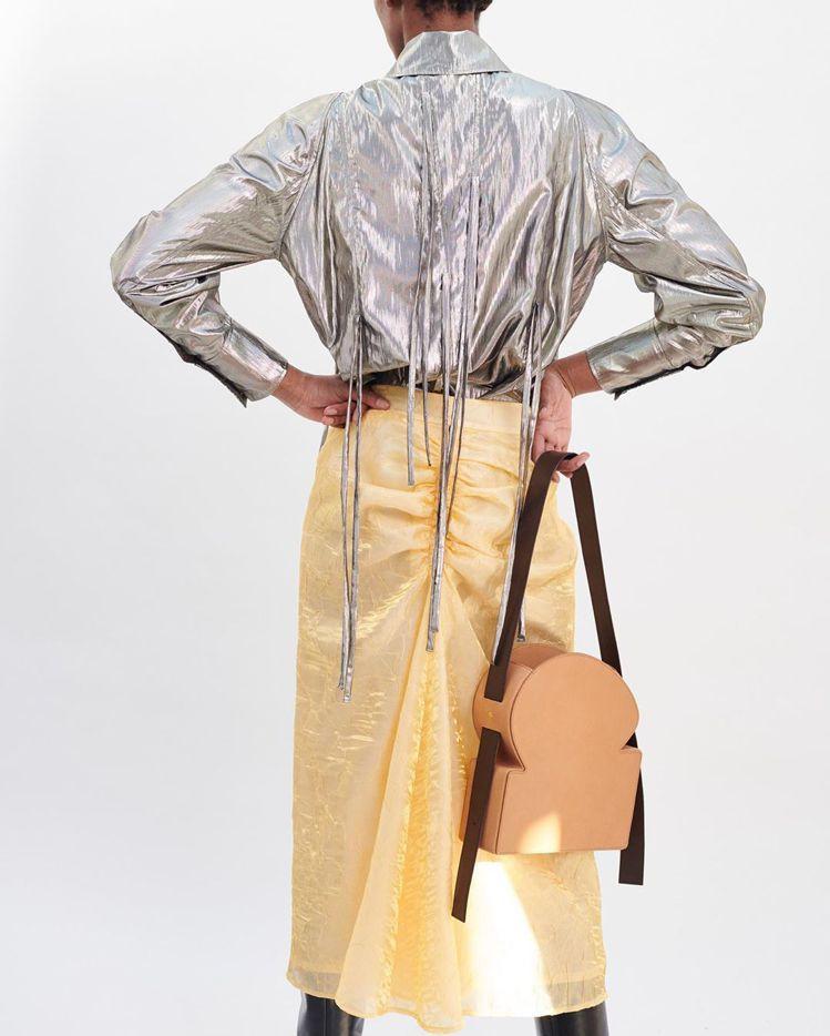 韓國設計師Rejina Pyo同名品牌推出兩款「吐司」包,分為薄片和厚片吐司兩種...