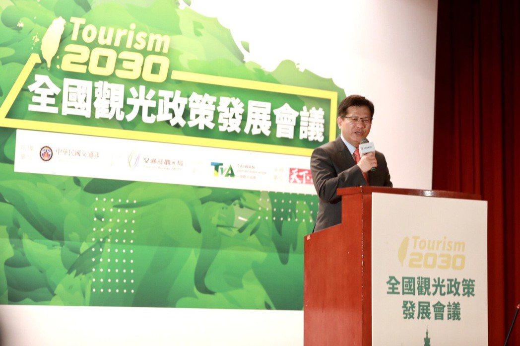 交通部長林佳龍說,訂定在2030年時達到來台旅客突破2,000萬人次、國旅2.4...