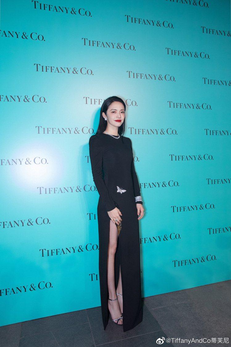 姚晨穿著了開高衩的黑色長袖禮服,搭配Tiffny & Co.高級珠寶系列作品,讓...