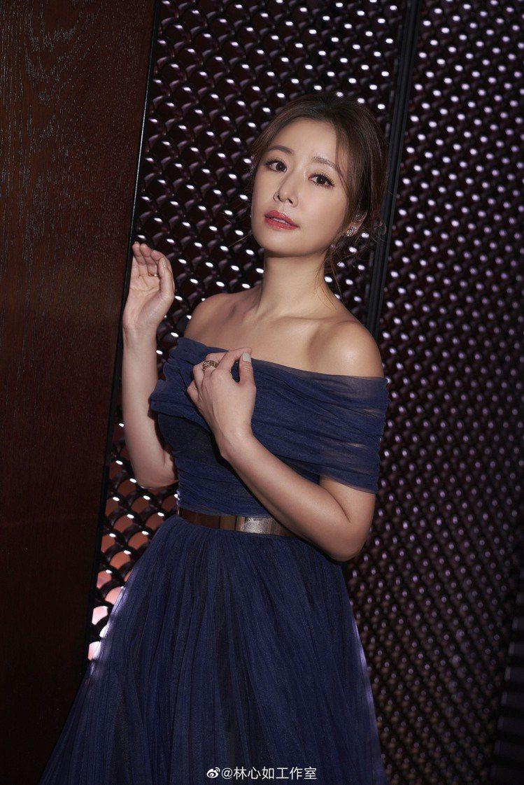 林心如出席時尚品牌活動,身穿Galia Lahav所設計的薄紗禮服露出香肩,搭配...