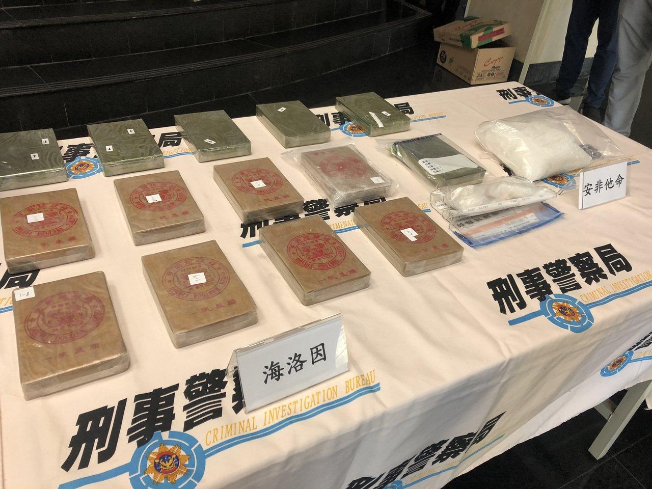 刑事局中打第四隊查獲何姓男子持有14塊海洛因磚,其中8塊是雙獅牌,另有6塊少見的...