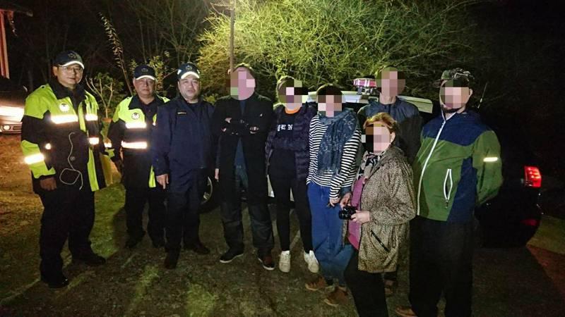 6名俄籍登山客在苗栗縣加里山失聯,警方即時救援有驚無險。記者范榮達/翻攝
