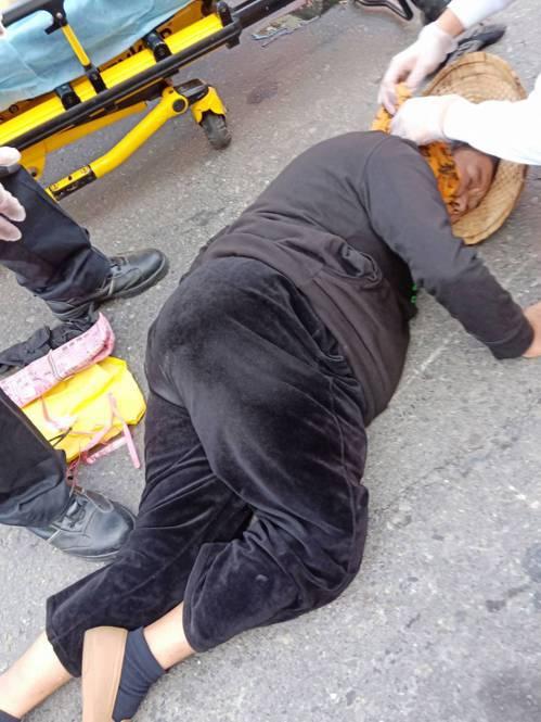 71一歲的陳姓老婦被騎車擦撞後倒地,右大腿骨折。記者王昭月/翻攝