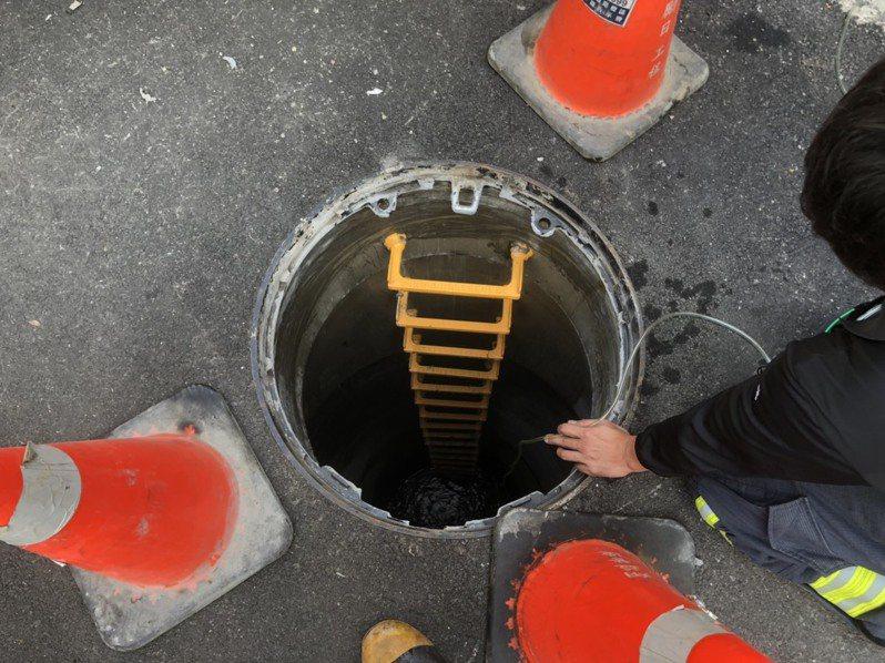 中和區國光街102巷19弄因進行水下水道工程,不明原因造成人孔蓋彈飛,砸傷現場2名施工工人。記者柯毓庭/翻攝