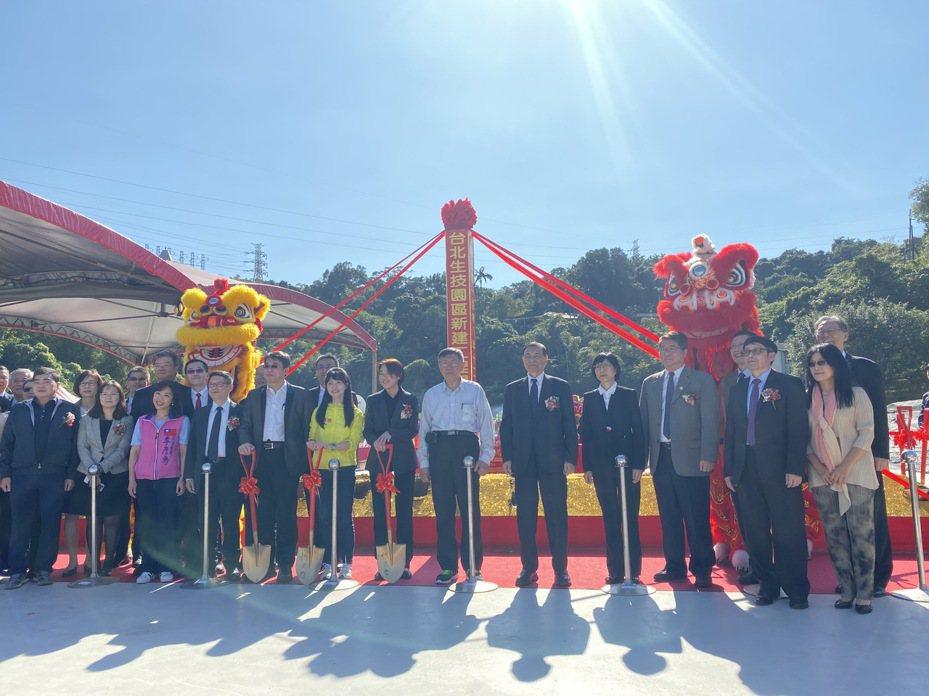 台北生技園區今日舉行開工典禮,北市長柯文哲(右八)、世康開發公司董事長黃茂雄(右七)都出席。 圖/北市府提供