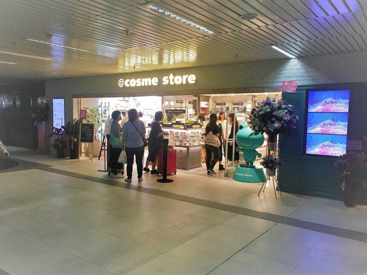 @cosme Store在台灣的第一間店,開在微風台北車站。圖/摘自@cosme...