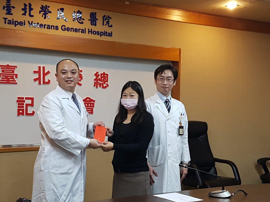 李小姐(中)出席記者會與主治醫師李國華(左)及醫師黎思源(右)合影。記者楊雅棠/攝影
