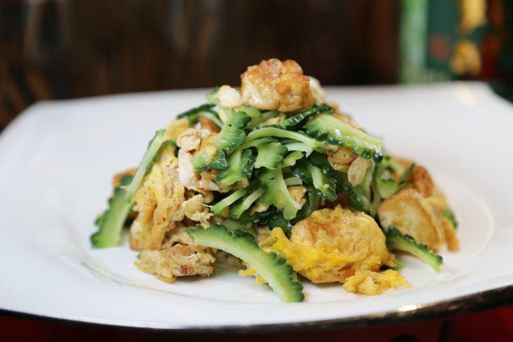 除了串燒外,還提供多種沖繩特產做成的菜肴,像是苦瓜等。記者魏妤庭/攝影