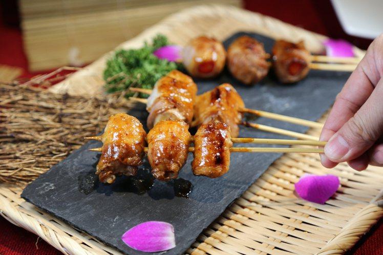 沖繩以豬肉聞名,因此引進豚五花串燒,包裹蘋果、番茄等不同蔬果品嘗。記者魏妤庭/攝...