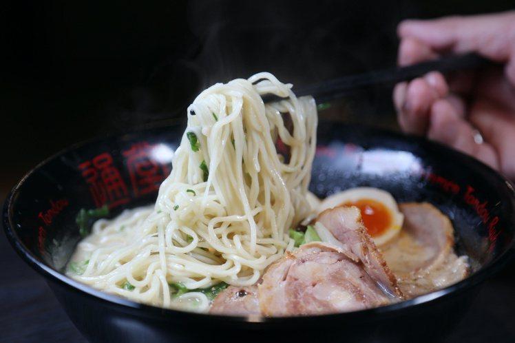 男味用的是豚骨做湯頭,每天需要花上8小時熬煮才能喝到多層次湯頭。記者魏妤庭/攝影