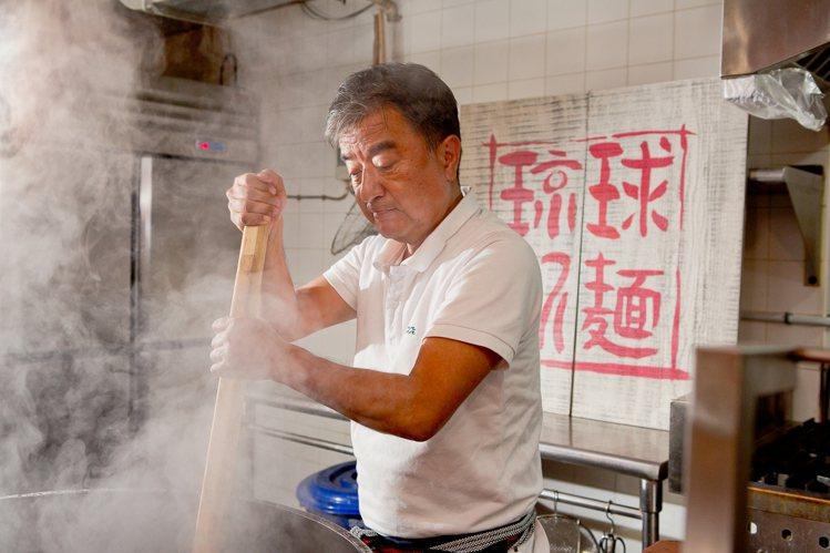 通堂拉麵創始人,同時是社長的金城良次示範熬煮湯底。圖/通堂拉麵提供