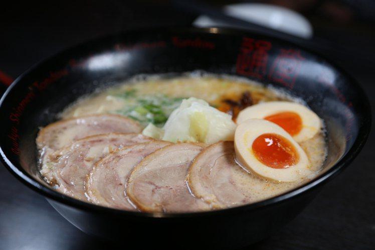 男味用的是豚骨湯底,多種食材逐一加入熬煮,需至少熬8小時才能有多層次口感湯頭。記...