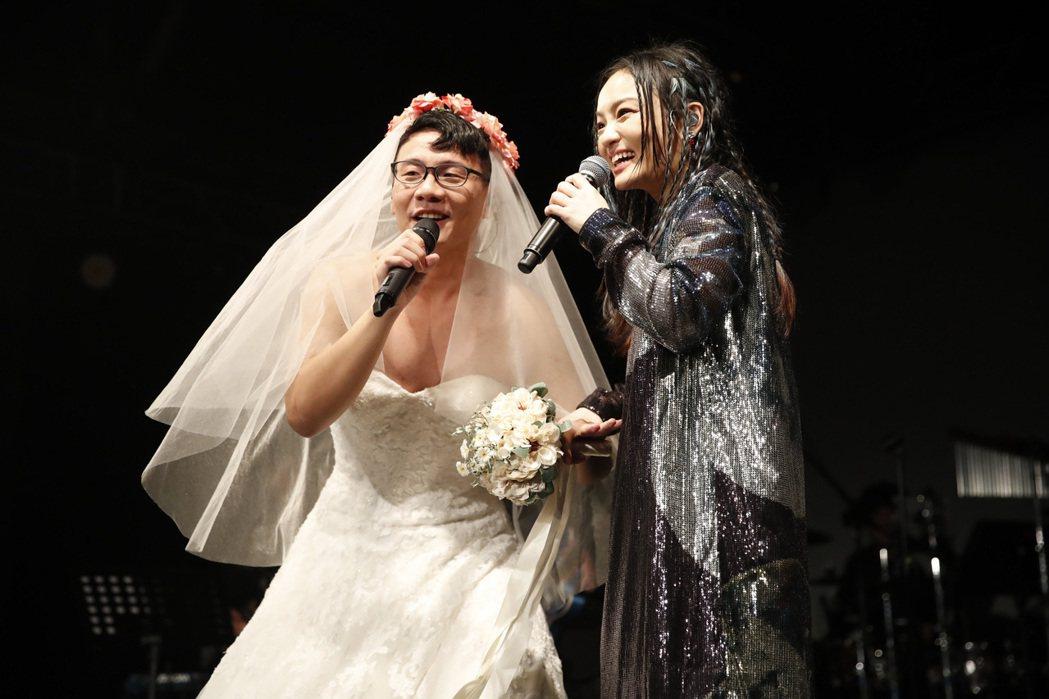 徐佳瑩(右)邀請網紅阿翰穿婚紗同台飆唱。圖/亞神提供