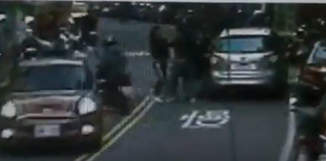 新北市板橋一名洪姓男子因債務糾紛,昨天下午被3名壯漢強押上車載走,由於事情就發生在大馬路上,不少人被這一幕嚇到報警處理。記者陳俊智/翻攝