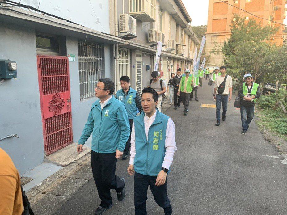 民進黨主席卓榮泰今天下午陪同台北市第二選區的民進黨立委候選人何志偉掃街。圖/何志偉競選團隊提供