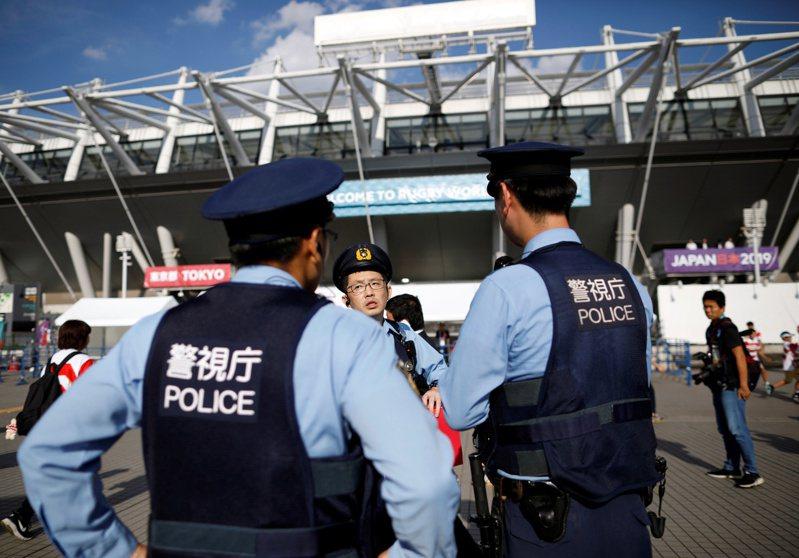 日本一名警官15日將上膛配槍忘在東京町田一家便利商店的洗手間。圖非當事警官。(路透)