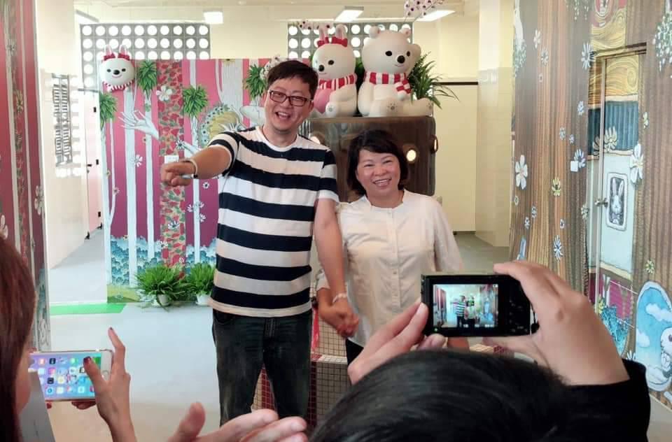 插畫家莊信棠與市長黃敏惠合照。圖/市府提供
