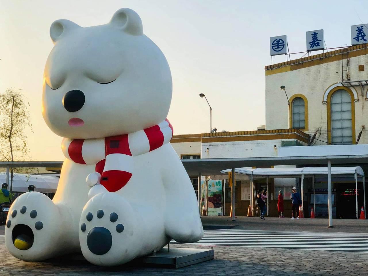 沉睡森林大白熊在嘉義火車站前展出。圖/讀者Wade Lee提供