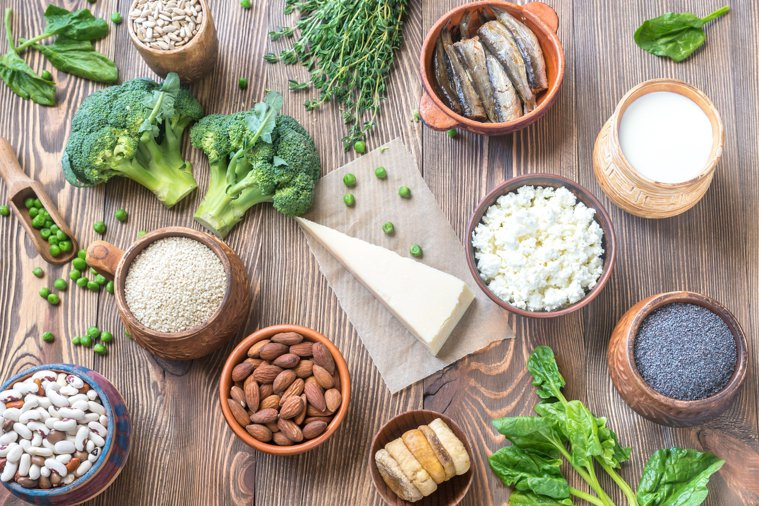 調節自律神經,可以多攝取富含鈣和鎂的食物,如燕麥、黑芝麻、豆漿、魚乾、堅果等,幫...