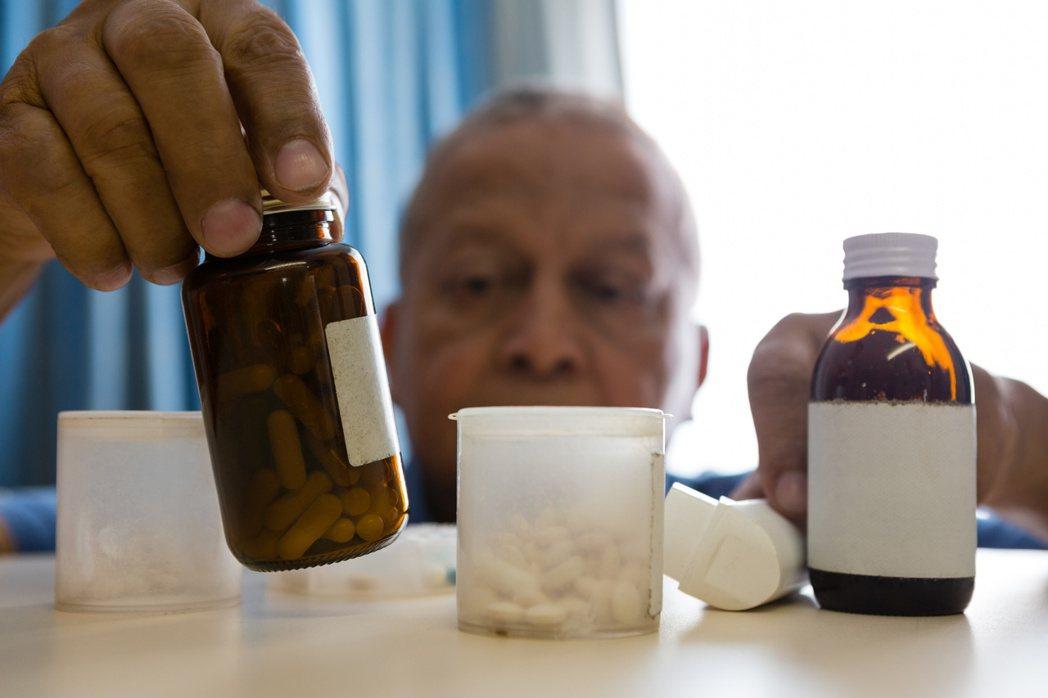 老年人用藥問題複雜,應避免多重用藥。 圖╱123RF