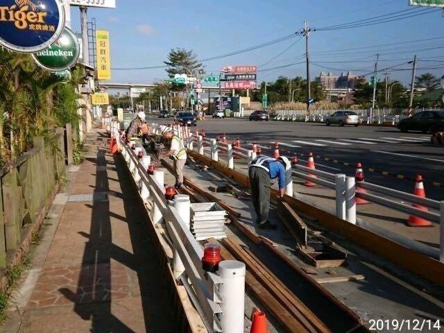 桃園捷運綠線施工,工作井周邊的人行道正在施工,要縮減人行道寬度。圖/桃園市政府捷運工程局提供