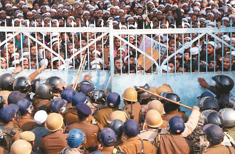 印度北部勒克瑙市一所伊斯蘭大學的學生十六日抗議公民法,與警方發生衝突。 (路透)