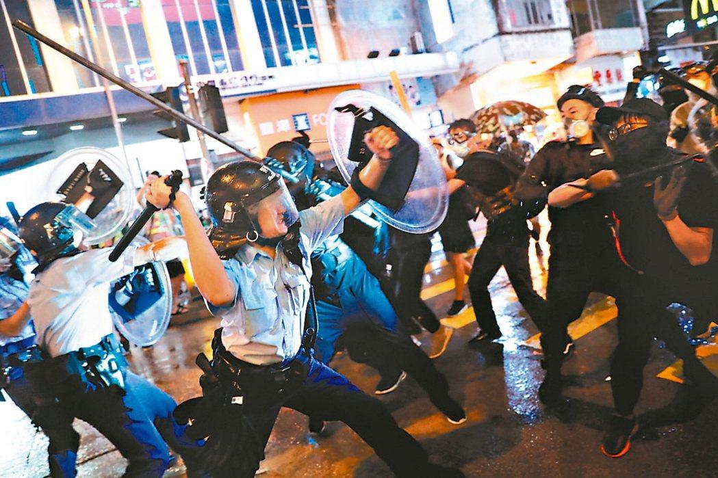 港警在反送中示威的武力使用是否過當,受港民質疑。 (路透)