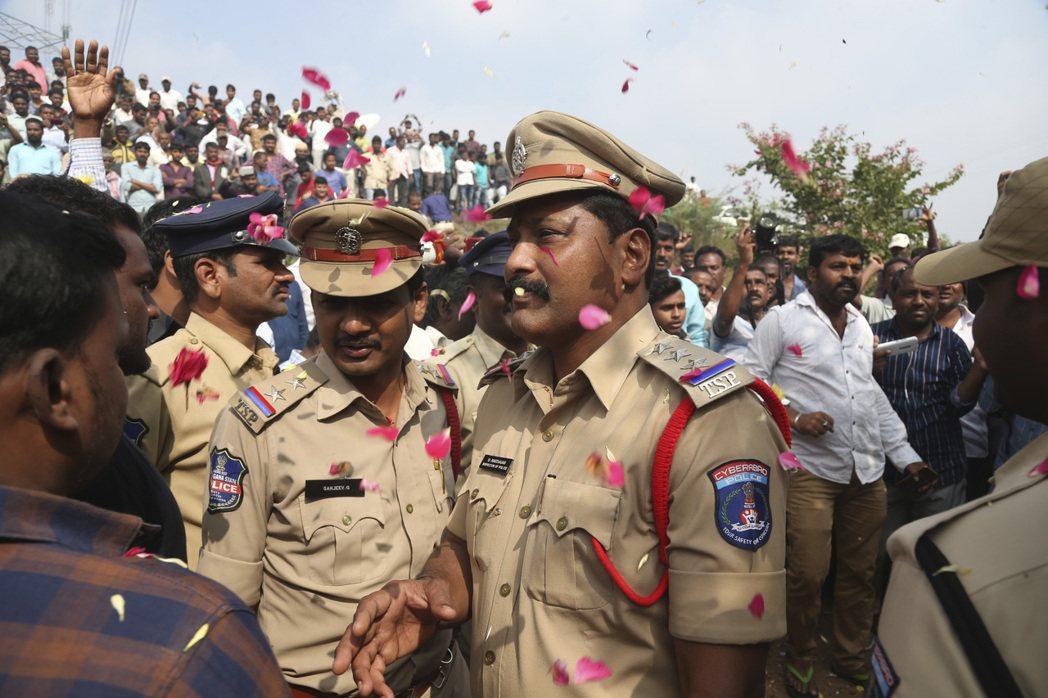 印度警方6日帶女獸醫案4名嫌犯回案發現場模擬作案過程,警方稱嫌犯想奪槍,因此將4...