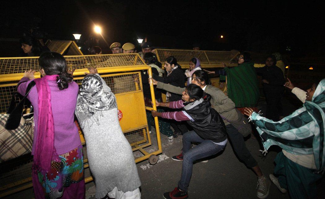 印度新德里2012年發生女大生搭公車遭性侵殺害案,引發民眾上街抗議。 (美聯社)