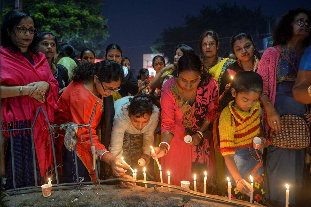 印度民眾在海德拉巴邦點蠟燭悼念被姦殺的女獸醫。 (法新社)