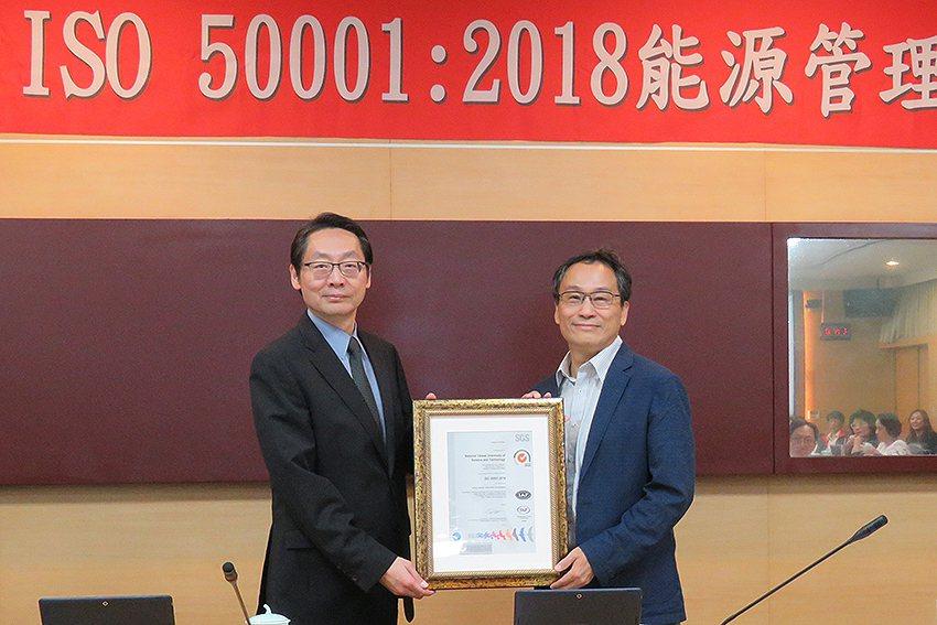 SGS授證給臺科大,由副校長江維華(右)受證。 臺科大/提供