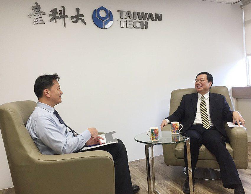 SGS驗證團領隊訪談臺科大校長廖慶榮(右)。 臺科大/提供