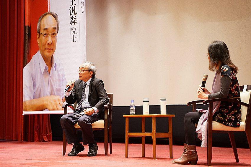 2019年余紀忠講座,邀請王汎森院士(左)以「近世中國的輿論社會」為題演講,為難...