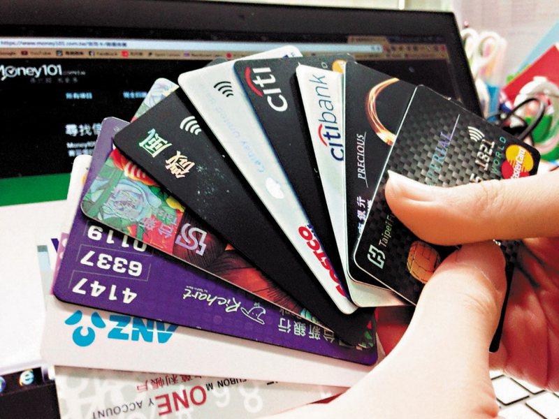 有網友今年決定改用刷卡繳稅,但也好奇銀行為何祭出一堆優惠吸引民眾辦卡來刷卡繳稅? 圖/聯合報系資料照片