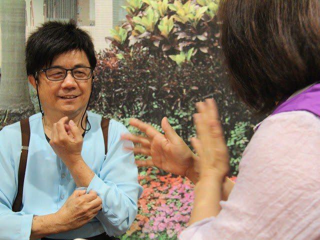 混障綜藝團的成員需要會些簡單手語以便和聽障成員溝通。 攝影/劉兆為
