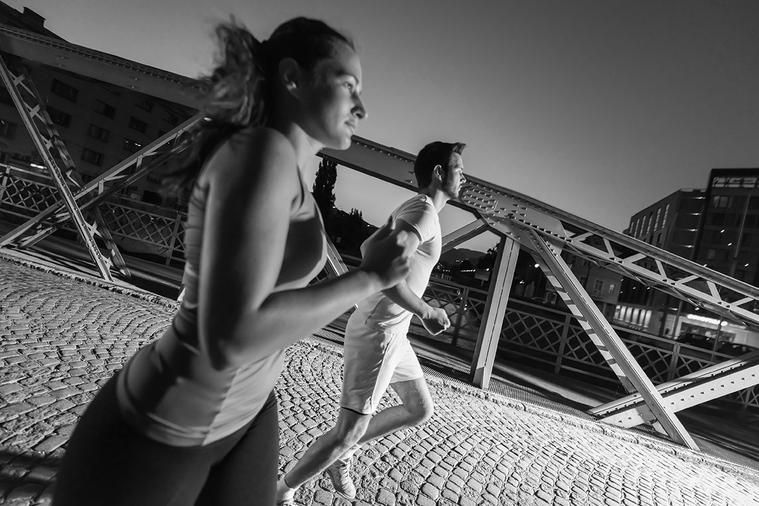 上班族白天忙碌,晚上運動維持健康已是常見的生活形態。 圖/ingimage