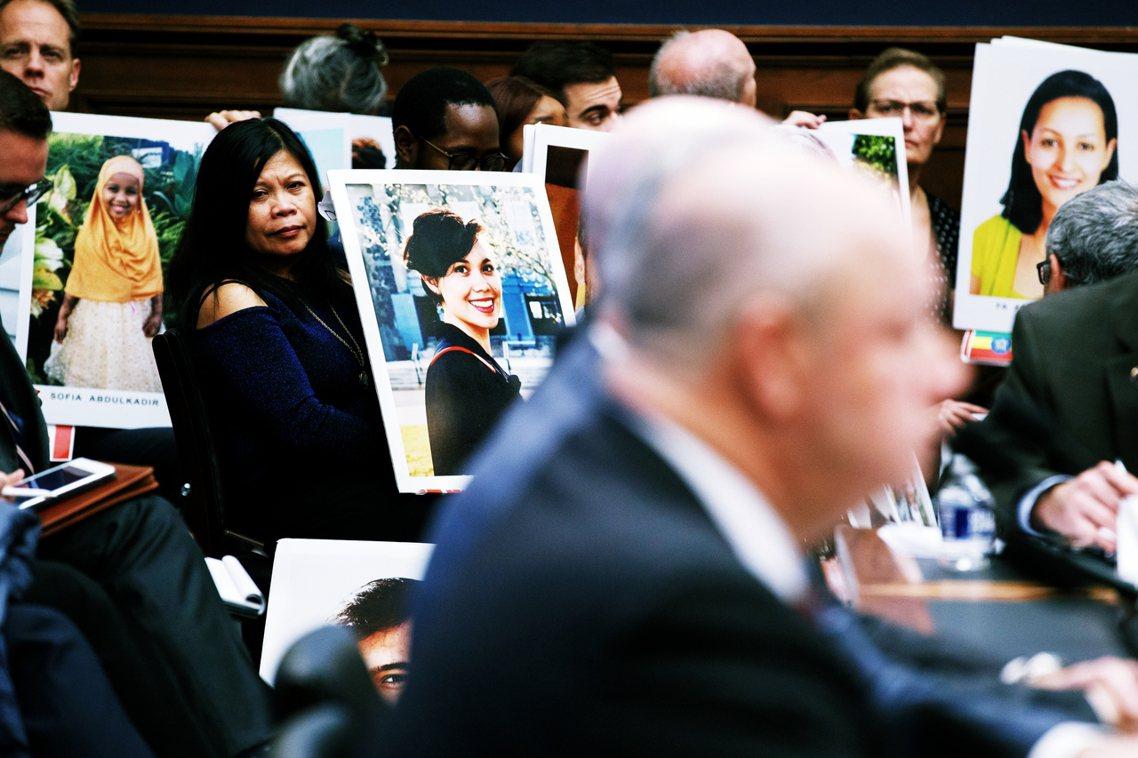 12日,受難者家屬正在聽美國聯邦航空總署(FAA)署長狄克森作證。12月初波音高...