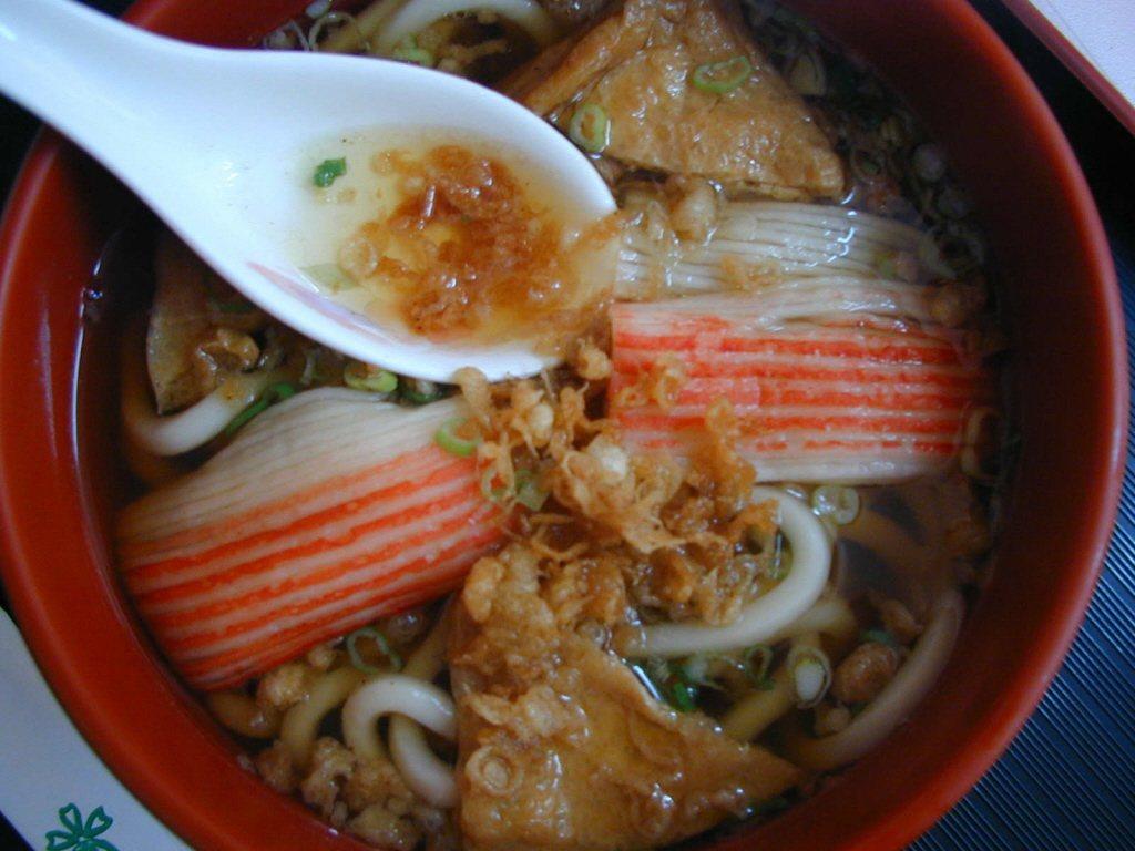 加在湯麵裡的蟹肉棒。本報資料照
