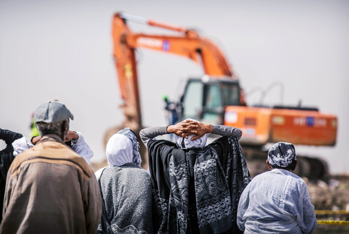 圖為衣索比亞航空受難者家屬在墜機地點哀悼。 圖/美聯社
