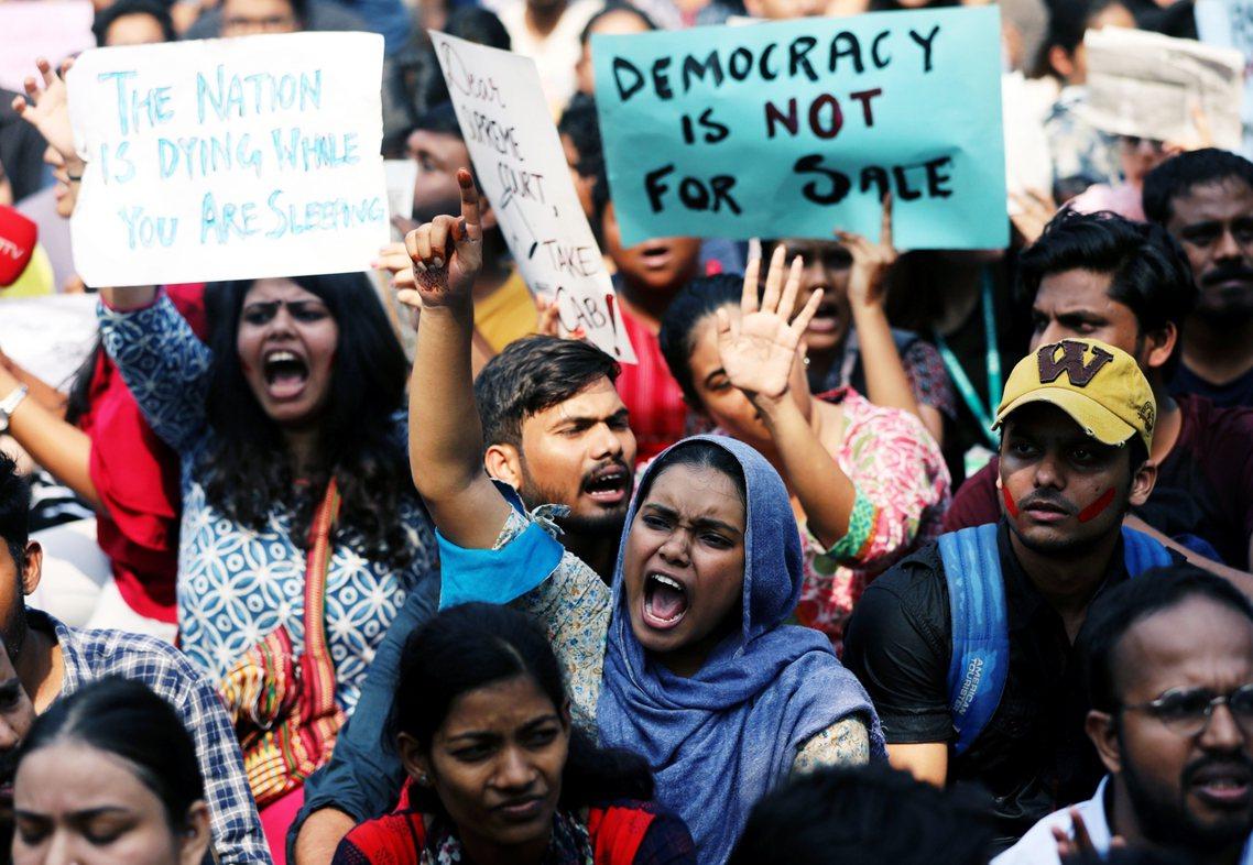 16日,上街抗議的印度大學生。 圖/路透社