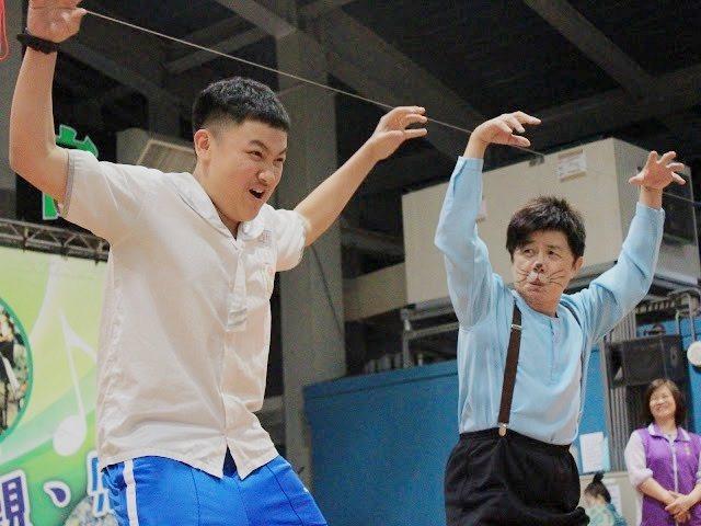 表演默劇的陳濂僑(圖右)與榮富國小的學生互動表演。 攝影/劉兆為