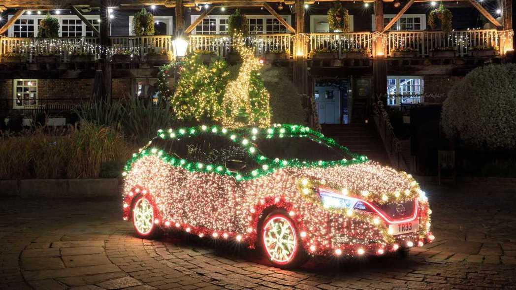 Nissan將自家的招牌電動車Leaf打扮為行動聖誕樹。 圖/Nissan提供