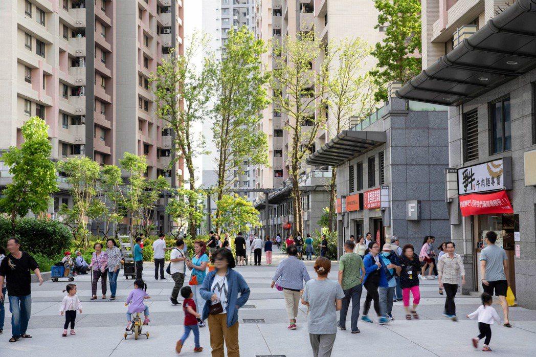 板橋浮洲合宜社區共4,455戶,入住率高達9成,並與附近的台藝大、亞東醫院商圈對...