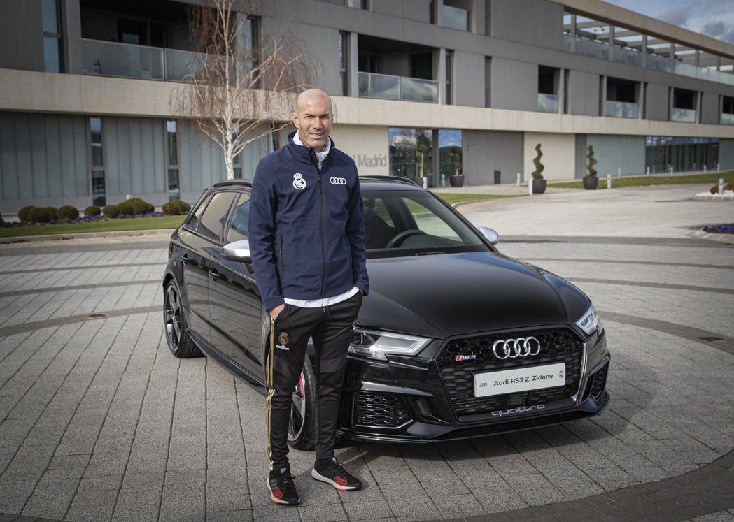 皇家馬德里隊教頭席丹(Zinedine Zidane)選擇黑色選擇Audi RS...