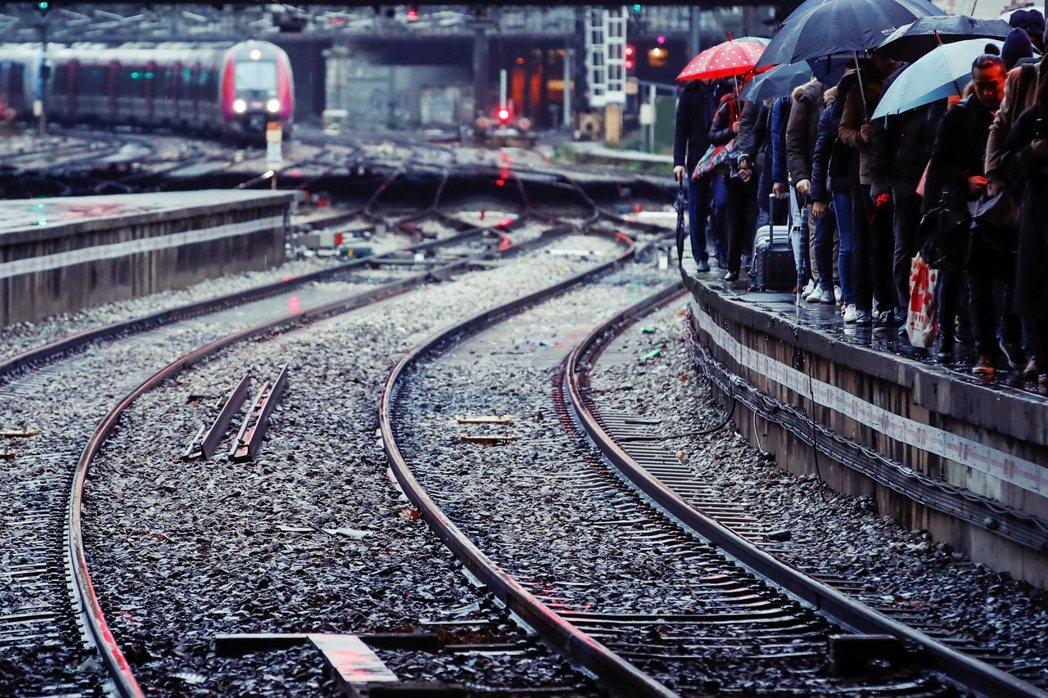 12月5日起,法國各大工會宣布「無限期罷工」,法國全國鐵路網運量僅有平時的5成不...