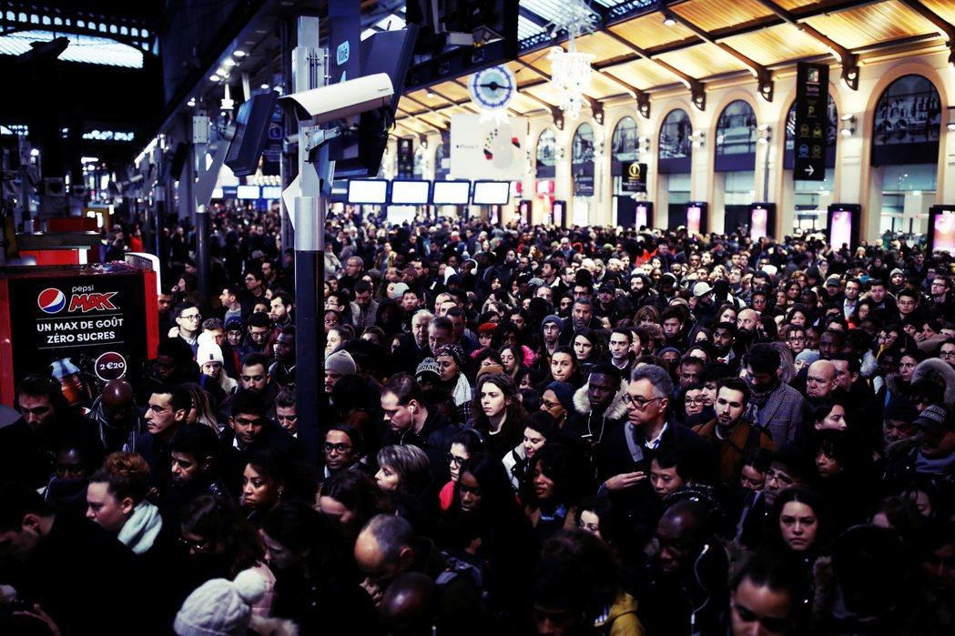 在法國總理菲利浦宣布「勞退新制」立法要點後,罷工社會支持度攀升至57%。為何法國...